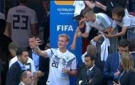 Thua trận, cầu thủ Đức vẫn tranh thủ selfie với fan