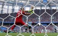 Gary Neville chỉ trích thủ thành Uruguay vì sai lầm tai hại trước Pháp
