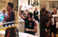 Toàn đội Man Utd 'choáng váng' vì giọng hát của sao trẻ 21 tuổi