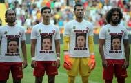 Dàn cầu thủ mặc áo in mặt Oezil ủng hộ chống phân biệt chủng tộc