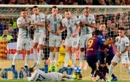 Sao Inter dùng cách siêu dị để chặn Suarez sút phạt