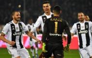 Ronaldo làm chấn thương thủ môn, huých người rồi mỉm cười nhận thẻ