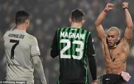 Fan cuồng phấn khích khi được ôm Ronaldo ngay trên sân