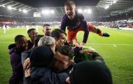 4 điểm nhấn Swansea City 2-3 Man City: 'Siêu anh hùng' Aguero, Pep đau đầu 1 vị trí