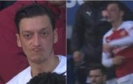 Ozil ném áo, HLV Emery nói gì?
