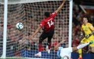 Cậu bé nhặt bóng của Man Utd 'chực khóc' vì pha hỏng ăn của Lingard