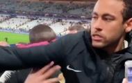 SỐC! Neymar giận dữ, đấm thẳng mặt CĐV