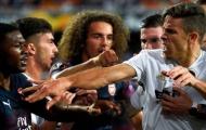 SỐC: Bại trận, 'kẻ bị Arsenal ruồng rẫy' lao đến đánh đồng đội cũ