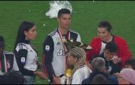 Mải nâng cúp, Ronaldo có hành động làm đau con trai cưng