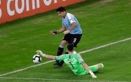 Chết cười! Suarez đòi penalty vì thủ môn... dùng tay