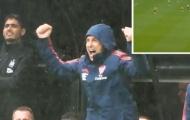 CHOÁNG! Sao Arsenal quá dũng mãnh, Emery ăn mừng hết cỡ như vừa ghi bàn