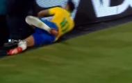SỐC! Sao Tottenham 'giúp' Neymar đập thẳng mặt vào... biển quảng cáo