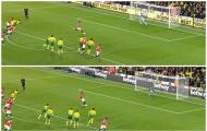 CHOÁNG! Lộ hình ảnh 'cú lừa' penalty, Rashford và Martial đích thực là nạn nhân?