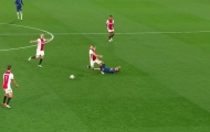 Ajax bị đuổi 2 người trong 1 phút, HLV nói lời cay đắng về VAR