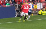 Sao trẻ Man Utd tiếp tục đẩy cầu thủ đối phương ra khỏi sân