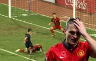 Văn Hậu 'hóa thân' thành huyền thoại Man Utd, dùng đầu cản đối thủ sút bóng