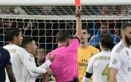 Trọng tài trận Real - PSG đã tự 'tát vào mặt' mình như thế nào?