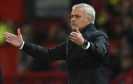 Vừa bước ra sân, De Gea đã làm 1 điều với Mourinho