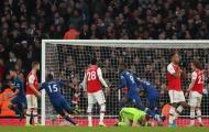 Cận cảnh 'thảm họa trên không' của thủ môn Arsenal