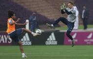 SỐC! Neuer thi triển 'cú kungfu' khiến 'thần tài' của Bayern ngã gục ra sân
