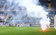 SỐC: CĐV Sampdoria ném pháo sáng về khung thành đội nhà, giúp Napoli giành chiến thắng
