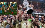 Cựu sao Chelsea vô ý, làm vỡ cúp của đội nhà trong ngày đăng quang