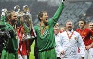 Van der Sar ôn kỷ niệm với M.U, fan Quỷ đỏ đồng loạt vào 'đòi nợ'
