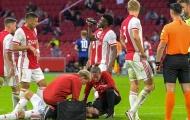 CHOÁNG! Cựu sao Man Utd ngã gục xuống sân vì bệnh cũ tái phát
