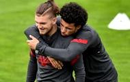 Karius khom người nhìn thủ môn 21 tuổi bay lượn trên sân tập Liverpool