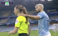 """""""Đụng chạm"""" nữ trọng tài, sao Man City hứng chịu chỉ trích"""