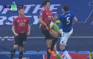 SỐC! Hết đốn giò Van Dijk ghê rợn, Pickford lại triệt hạ Maguire