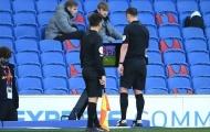 Liverpool sảy chân vì VAR, Neville có động thái gây bão