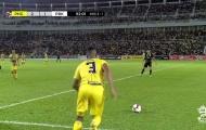 Cựu tiền vệ EPL gây choáng với bàn thắng từ giữa sân ở giải Malaysia!