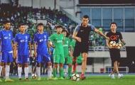 Ronaldo xỏ giày ra sân thị phạm cho các tài năng trẻ của Trung Quốc