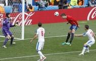 Chặn hết hàng công Tây Ban Nha, Cech chịu thua cái đầu của trung vệ