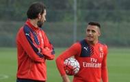 Pires chất vấn Sanchez về hợp đồng mới với Arsenal