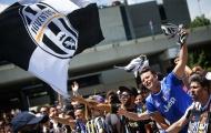 Fan Juventus chào đón dàn cầu thủ trở về Turin