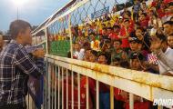 Chủ tịch Lê Công Vinh xuống sân trấn an khán giả khi đội nhà đá khó hiểu