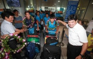 Cầu thủ U15 Việt Nam nâng cao cúp vô địch về nước