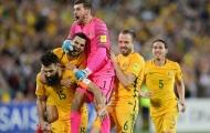 Australia tắm bia, mượn bảng điện tử của trọng tài để ăn mừng