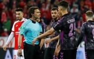 Vì VAR, trọng tài cho đá penalty giữa giờ nghỉ