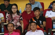 Phan Văn Đức ăn mặc sành điệu, buồn bã ngồi cạnh bạn gái tin đồn