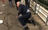 Cận cảnh tai nạn 'dở khóc dở cười' của HLV Jose Mourinho
