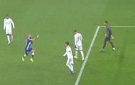 Vidal tiến tới, thực hiện một hành động khiến Ramos 'nóng máu'