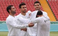 Salah cần 3 đồng đội giúp đỡ mới cởi được áo bib