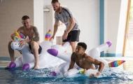 Dàn sao tuyển Anh hồn nhiên chơi bơi thuyền thú nhún