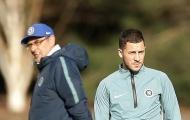 Bị Hazard làm ngơ, HLV Sarri trao đổi riêng với Higuain, Willian
