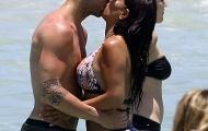 Fabregas diễn 'cảnh nóng' trên bãi biển cùng bồ