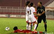 Nam trọng tài bối rối vì nữ cầu thủ Thái Nguyên vây kín
