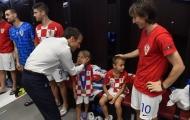 Tổng thống Pháp vào phòng thay đồ an ủi Croatia
